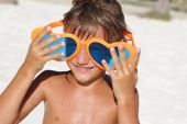 Young happy child playing on tropical beach — Foto de Stock