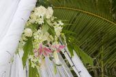 Fresh flower decoration during outdoor wedding ceremony — Stock Photo