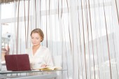 Portrait of young beautiful business woman working with laptop i — Stock fotografie