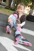 Cheerful roller skater - child girl - in protective equipment si — Foto de Stock