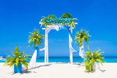 Wedding arch decorated with flowers on tropical sand beach, outd — Stockfoto