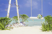 Wedding arch decorated with flowers on tropical sand beach, outd — Foto Stock
