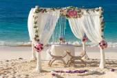 свадьба пляжа настроенный, тропический наружный свадебный прием, красота — Стоковое фото