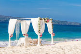 Beach wedding set up, tropical outdoor wedding reception, beauti — Стоковое фото