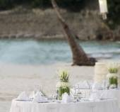 Wedding table decoration in open air restaurant on beach — Stock Photo