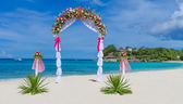 Wedding arch, cabana, gazebo on tropical beach decorated with fl — Stock Photo