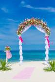 Wedding arch, cabana, gazebo on tropical beach decorated with fl — Stock fotografie