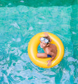 Swimming, summer vacation - lovely child boy playing in blue wat — 图库照片