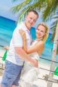 Young loving couple on tropical island, outdoor wedding ceremony — Foto Stock