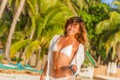 Young beautiful smiling woman on tropical beach, summer vacation — Stock Photo