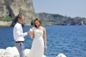 Bride and groom making a toast with champagne near sea, Naples, Italy — Stock Photo