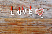 Love word and heart on wooden background — Fotografia Stock