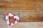 Любовь сердца символ на деревянных фоне — Стоковое фото