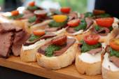 Bruschettas with beefsteak and pesto sauce — Foto de Stock