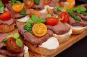 Bruschettas with beefsteak and pesto sauce — Stockfoto