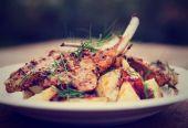 Parrilla asado de cordero con patatas fritas y cebolla chutnee, tono — Foto de Stock