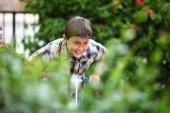 Genç çocuk dışında oynarken — Stok fotoğraf