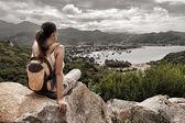 Traveler looks at the sea bay. — Stock Photo