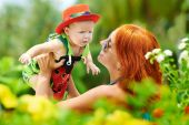 Beauty Mum and her Child playing in outdoor together — Stock Photo