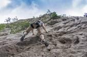 Man rock climbing — Stock Photo