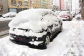 Parkerade bilar täckta med snö — Stockfoto
