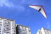 Hang glider over buildings — Stock Photo
