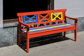 Kırmızı, sarı ve mavi boyalı ahşap Bank — Stok fotoğraf