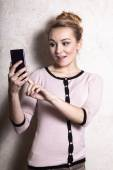 Businesswoman texting reading sms on smartphone — Stock Photo