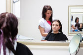 Hairdresser applying color female customer at salon, doing hair dye — Stockfoto