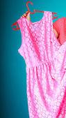 Primer plano de vestido rosa en mano femenina. venta por menor venta. — Foto de Stock