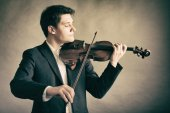 Man violinist playing violin. Classical music art — ストック写真