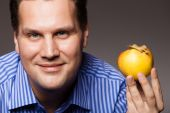 Diet nutrition. Happy man holding apple fruit — Stock Photo