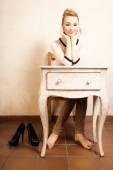 Menina sentada na mesa retrô — Foto Stock