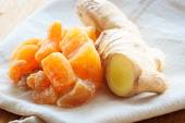 Root and candied ginger on table — Stock Photo