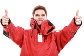 身に着けているジャケット示す親指アップ男します。 — ストック写真