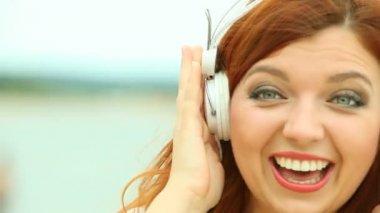 Woman on Beach Listening to Music — Stock Video