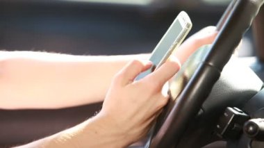 Texting with a smart phone — Vidéo