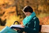 Chica en el parque leyendo libro — Foto de Stock