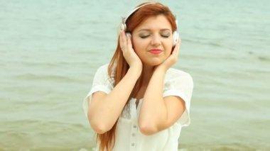 Woman on Beach Listening to Musi — Stock Video