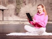 Teenage girl using tablet outdoor — Stock Photo