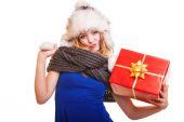 女孩与红色礼品盒 — 图库照片