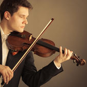 Man violinist playing violin. Classical music art — 图库照片