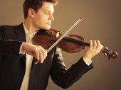 男のバイオリン奏者の演奏ヴァイオリン — ストック写真