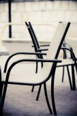 White and black restaurant chairs — 图库照片
