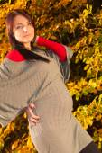 Spokój w ciąży kobieta w parku — Zdjęcie stockowe