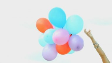 Hand holding multicolored balloons — Stock Video
