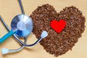 Keten tohumu kalp şeklinde ve stetoskop — Stok fotoğraf