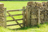 Rustic gate in drystone wall — Stock Photo