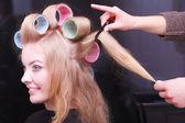 Młoda kobieta w gabinecie kosmetycznym — Zdjęcie stockowe