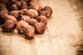 Hasselnötter på gamla träbord — Stockfoto